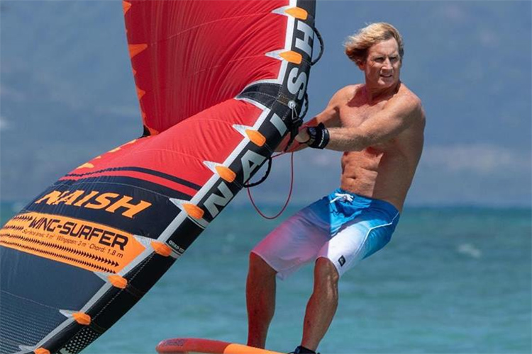 Wing-Surfer: Robby Naish designed a hand-held sail that can be paired with a foil board | Photo: Robby Naish