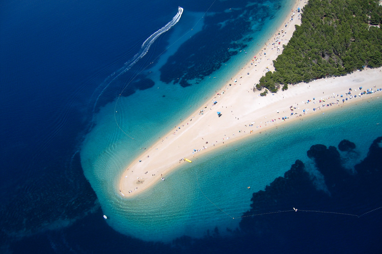 Zlatni Rat: one of the best surf spots in Croatia | Photo: Emich/Creative Commons